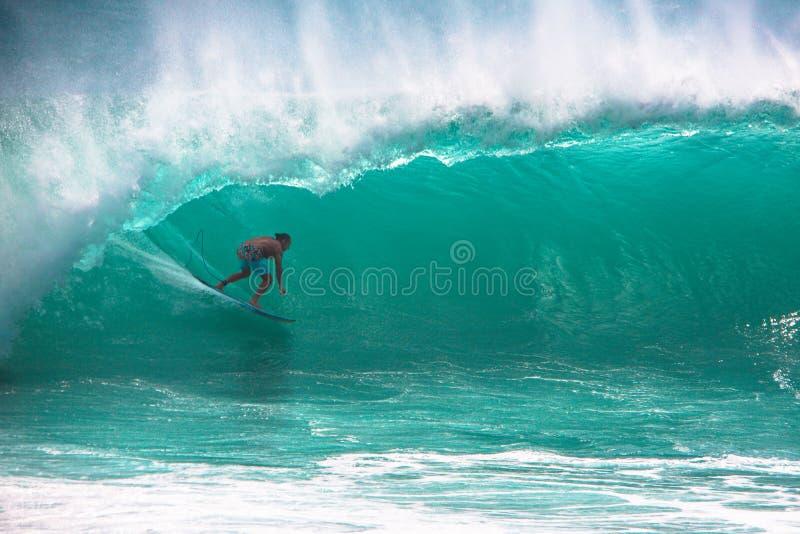 Surfer die grote golf in Bali berijden royalty-vrije stock fotografie