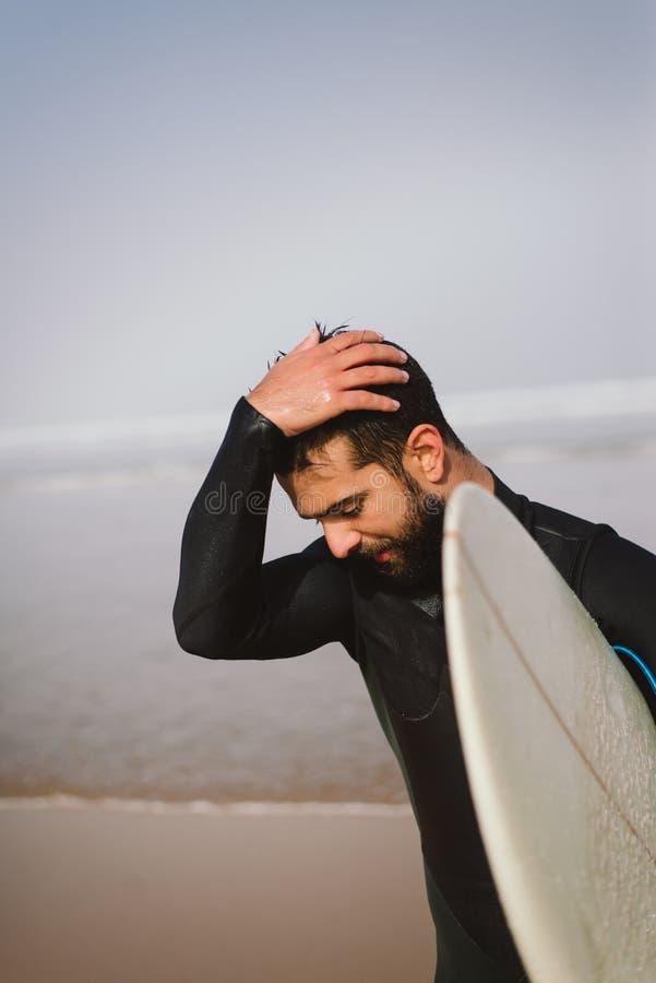 Surfer die het overzees na het surfen verlaten stock foto's