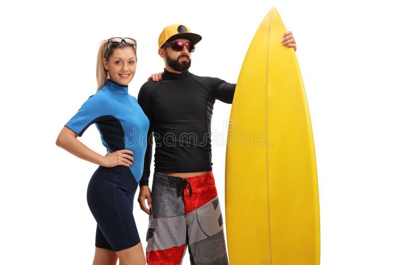 Surfer, die mit einem Surfbrett aufwerfen stockfotografie