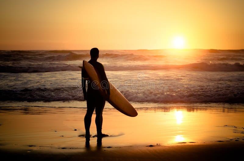 Surfer die op de golven letten stock foto