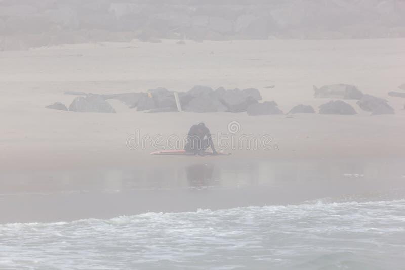 Surfer die op het Strand van New Jersey rusten royalty-vrije stock afbeeldingen