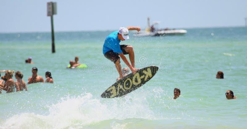Surfer die op sailboard springt stock foto's