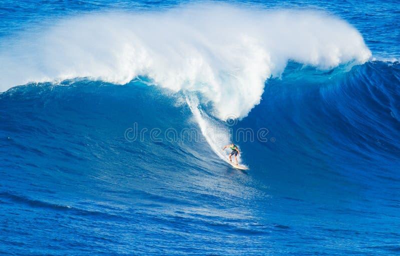 Surfer die reuzegolf berijden royalty-vrije stock fotografie