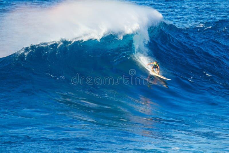 Surfer die reuzegolf berijden stock foto's