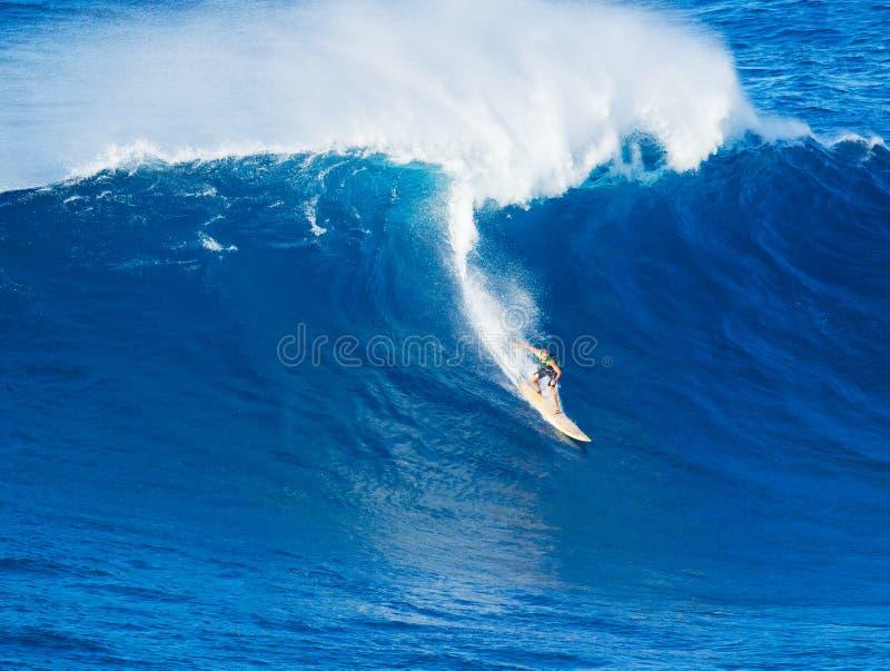 Surfer die reuzegolf berijden stock afbeeldingen