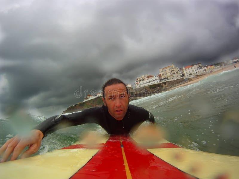 Surfer die uit paddelt stock foto's