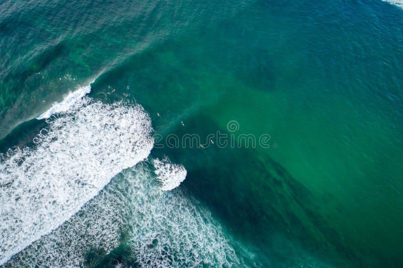 Surfer, die warten, um folgende Welle zu fangen lizenzfreie stockbilder