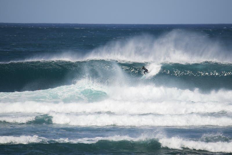 Surfer in een grote golf royalty-vrije stock afbeelding