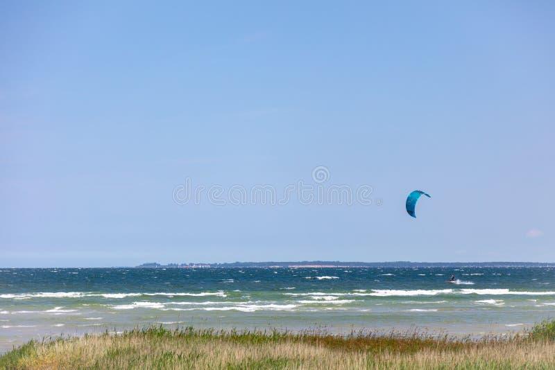 Surfer eines Drachens laufen über dem Meer stockbilder