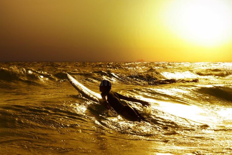 Surfer en mer photographie stock libre de droits