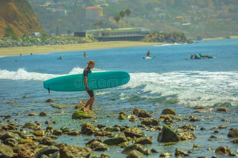 Surfer en plage de Topanga image libre de droits