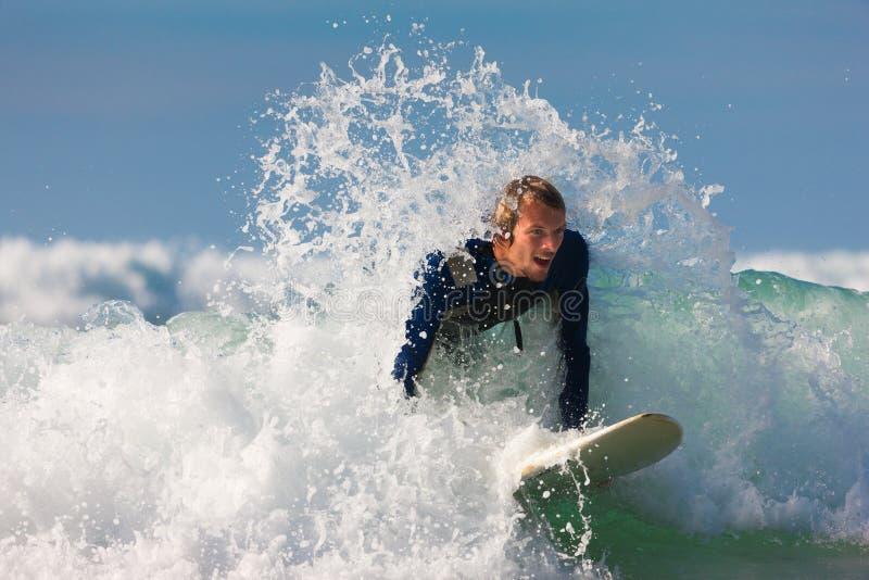 Surfer en raad in overzees met golven royalty-vrije stock foto