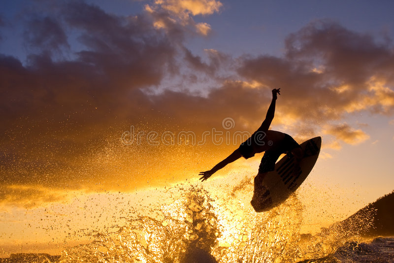 Surfer erhält große Luft am Sonnenuntergang lizenzfreie stockbilder