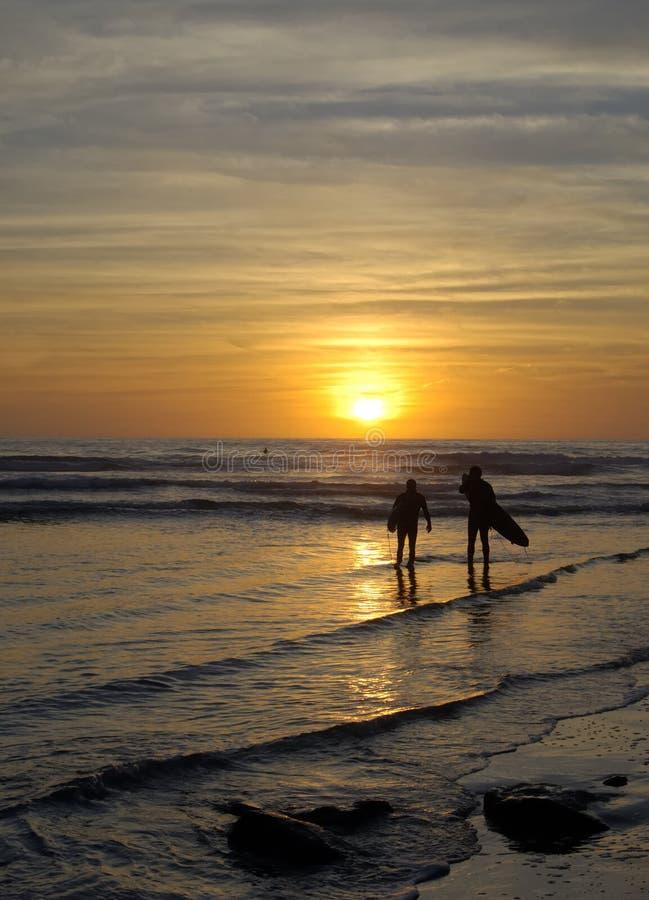 Surfer erwarten Sonnenuntergang lizenzfreies stockbild