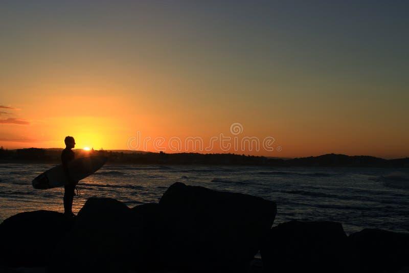 Surfer et coucher du soleil image stock