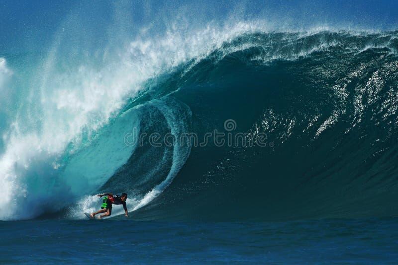 Surfer Evan Valiere Surfing Pipeline in Hawaï stock afbeelding