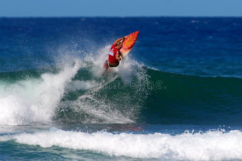 Surfer Flynn Novak surfant à Honolulu, Hawaï photographie stock