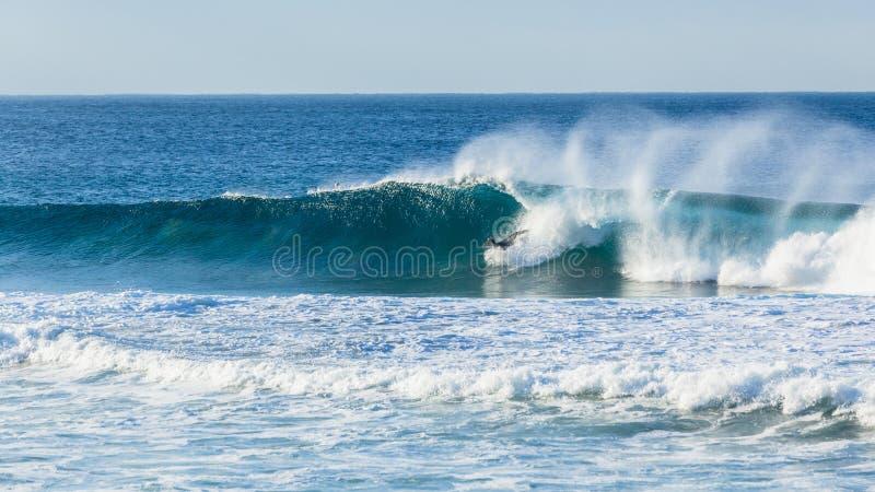 Surfer het Surfen de Golf doet teniet royalty-vrije stock foto