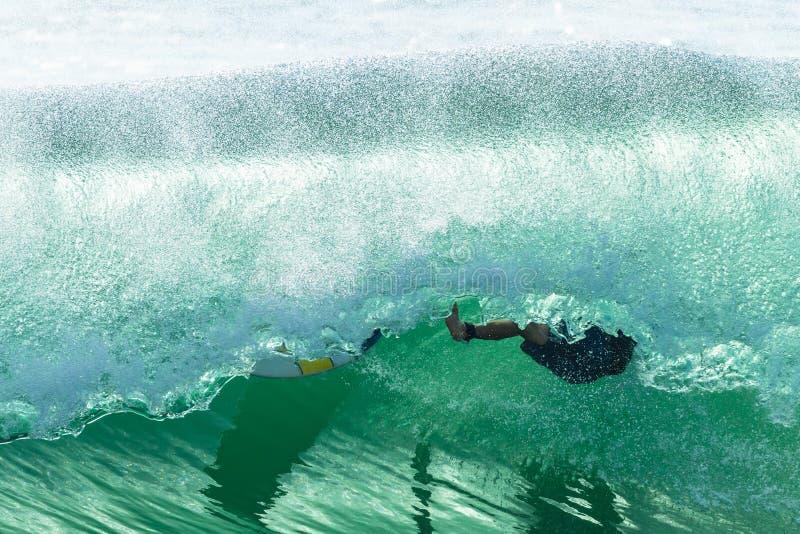 Surfer het Verpletteren Buisrit af:vegen-uit royalty-vrije stock foto