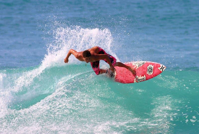 Surfer Joel die Centeio in Hawaï surft stock foto's