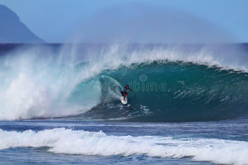 Surfer Kai Barger surfende Rohrleitung in Hawaii lizenzfreie stockbilder