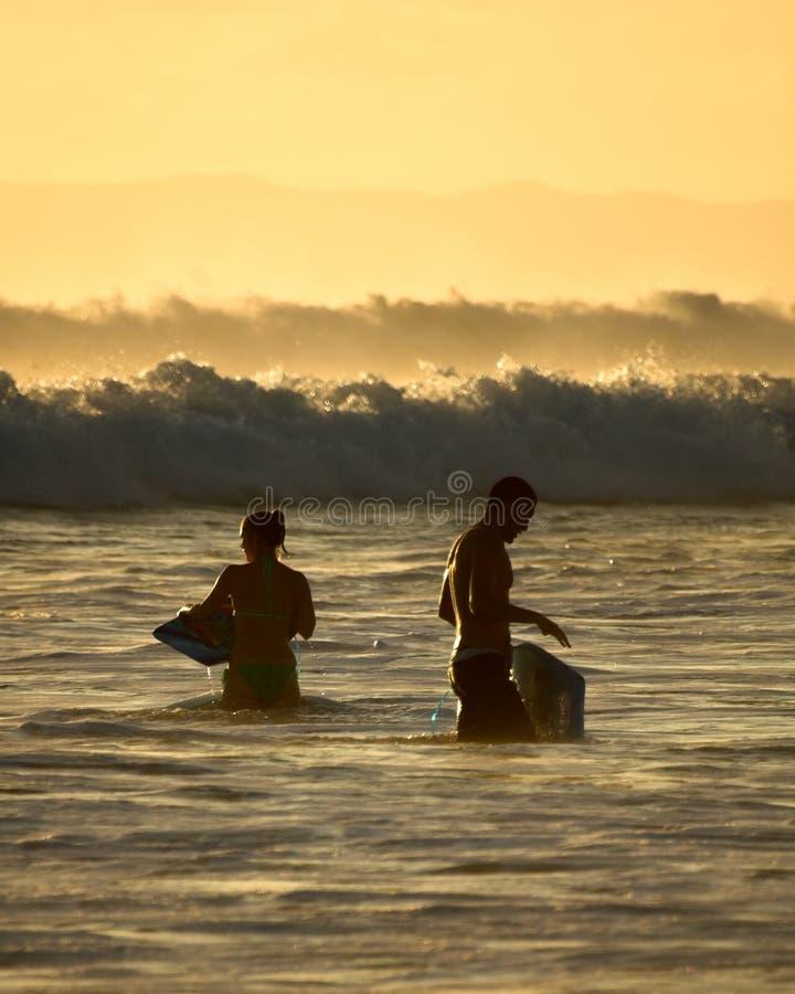 Surfer in Kauai, Hawaii stockfotos