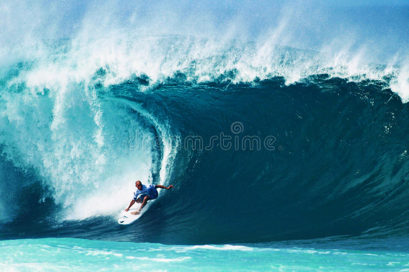 Surfer Kelly Slater surfant la canalisation en Hawaï photo stock