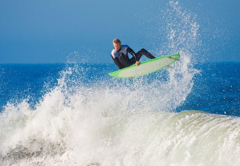 Surfer krijgt Grote Lucht royalty-vrije stock foto