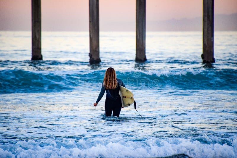Surfer-Mädchen stockfotografie