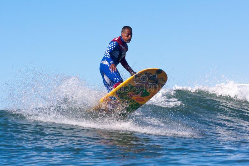 Surfer Marciano Cruz Surfing en Californie photos libres de droits