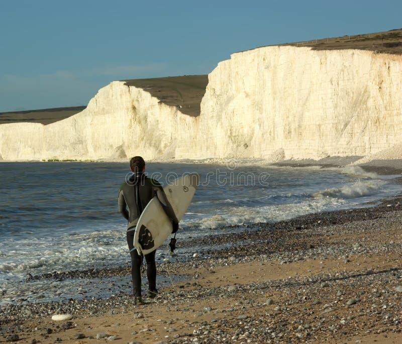 Surfer masculin marchant le long de la plage photos libres de droits