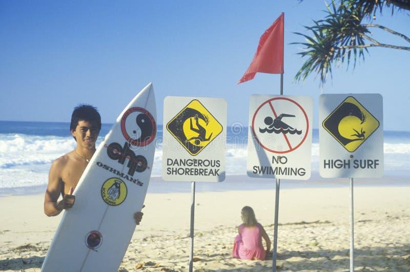Surfer met raad op strand royalty-vrije stock afbeeldingen