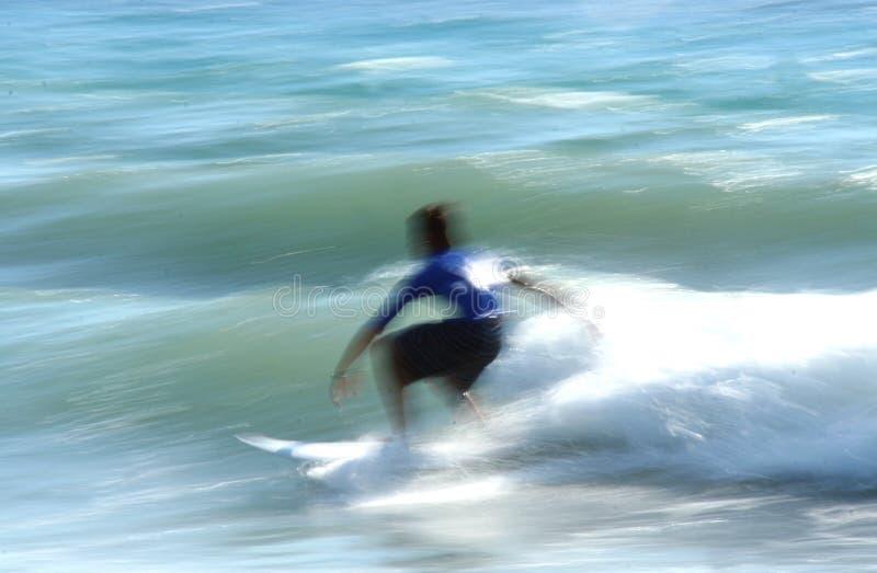 Surfer in motie stock fotografie