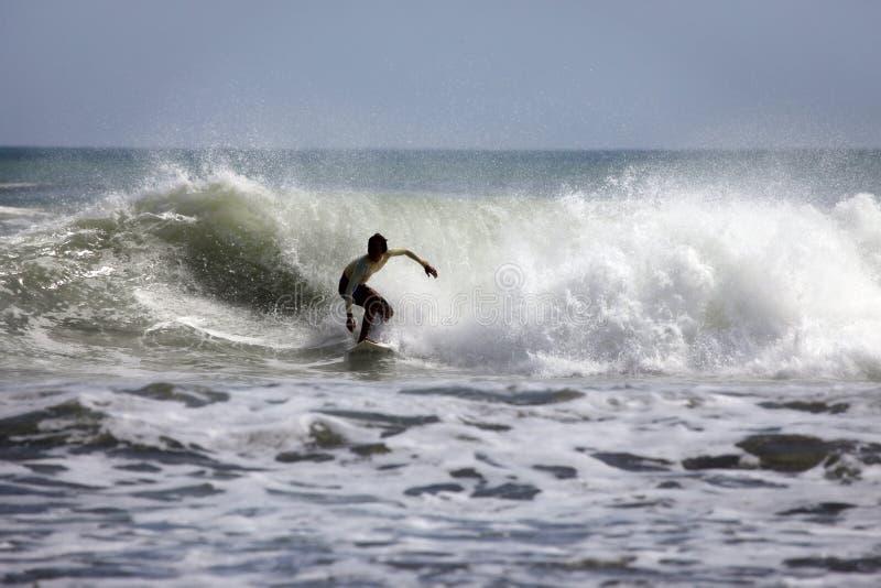 Surfer in oceaan stock fotografie