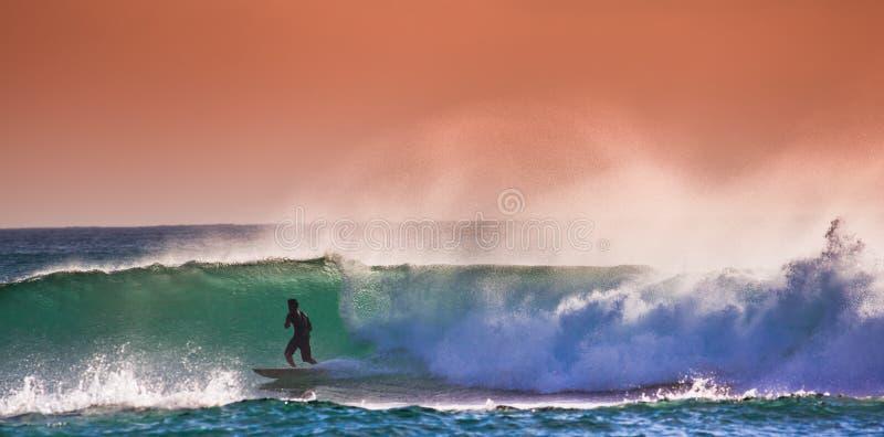 Surfer op Blauwe Oceaangolf in Bali stock fotografie