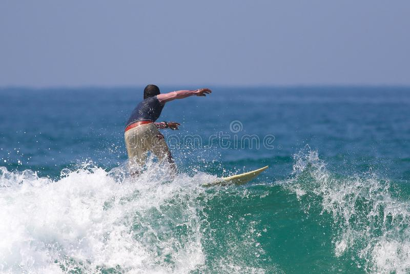 Surfer op de grote golven royalty-vrije stock foto's