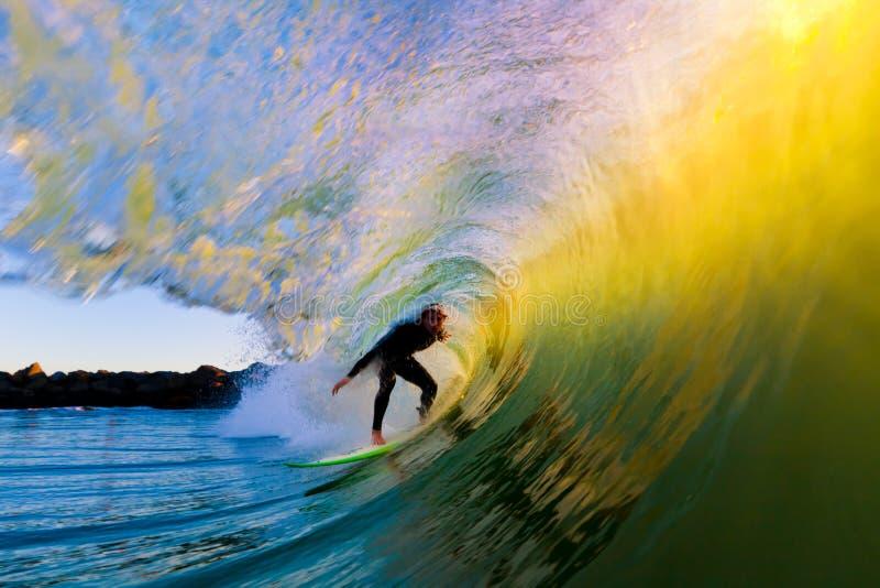 Surfer Op Golf Bij Zonsondergang Royalty-vrije Stock Afbeeldingen