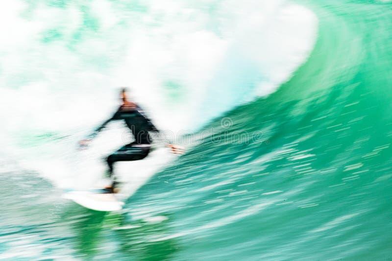 Surfer op golf in motie stock fotografie