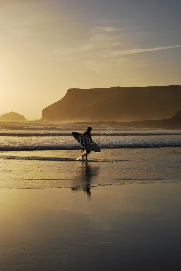Surfer op Polzeath Strand, Cornwall, het UK royalty-vrije stock afbeelding
