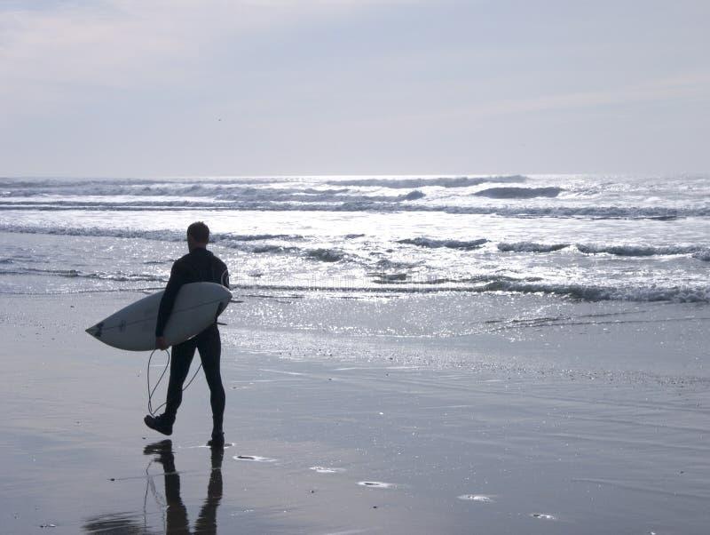 Surfer op strand stock fotografie