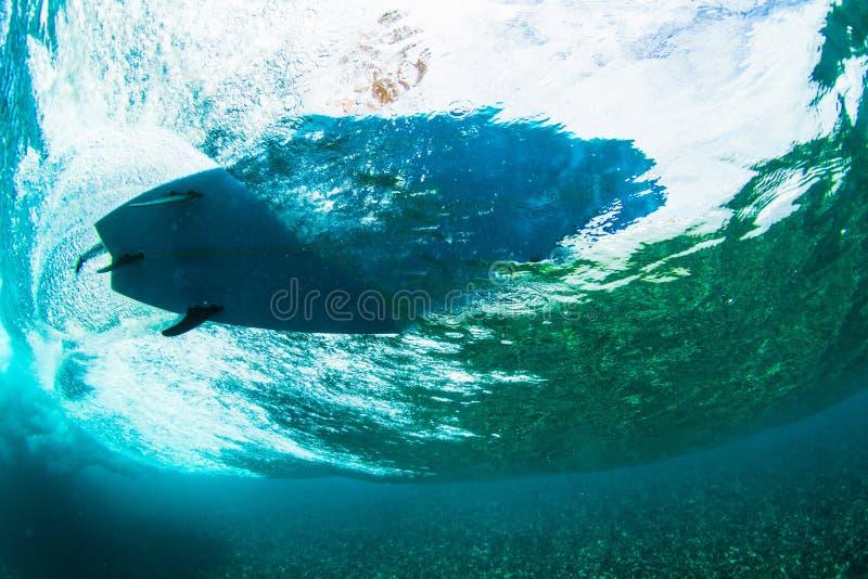 Surfer op tropische golf onderwatervisie stock foto's