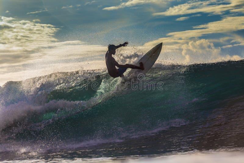 Surfer op Verbazende Golf royalty-vrije stock afbeeldingen