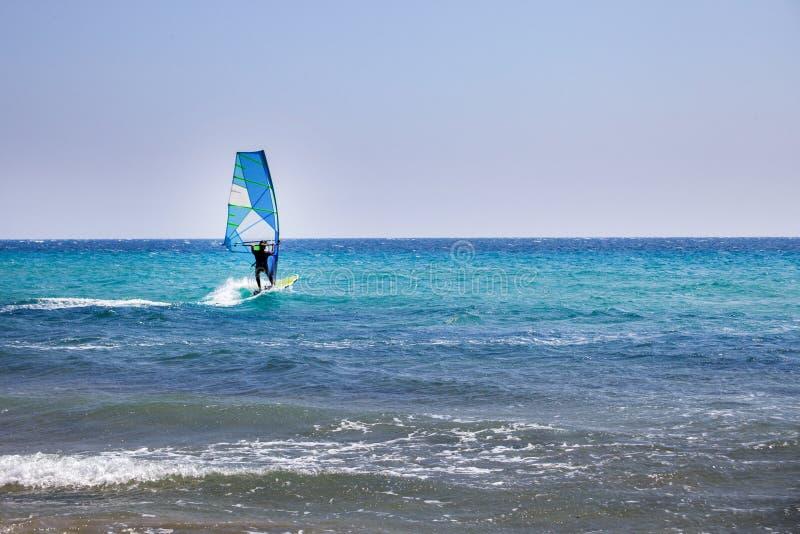 Surfer passant le temps sur l'aventure extérieure de sport aquatique Ciel clair et vague bleue Personne équilibrant sur un consei photo libre de droits