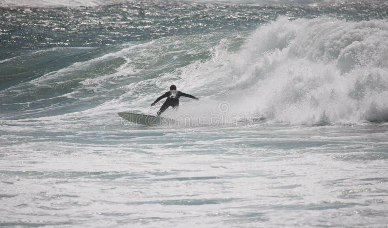 Surfer reitet eine Welle stockfoto