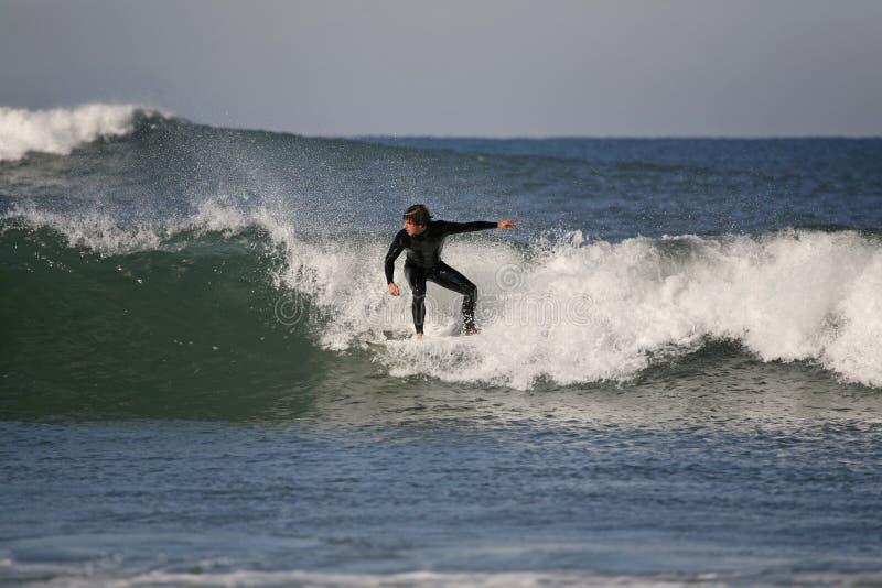 Surfer reitet eine Welle lizenzfreie stockfotografie