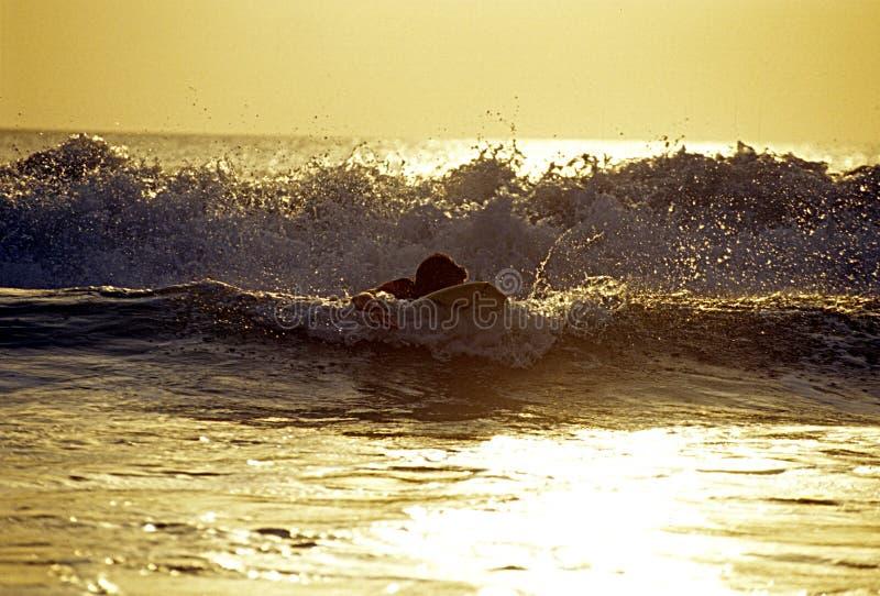 Surfer_rides_a_wave fotografia stock libera da diritti