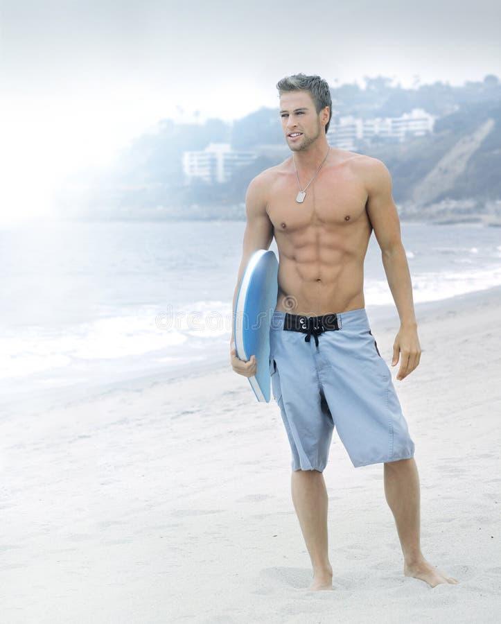Surfer serein à la plage images libres de droits
