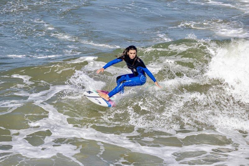 Surfer Serena Nava surfant de la côte du Huntington Beach, Comté d'Orange, la Californie photographie stock