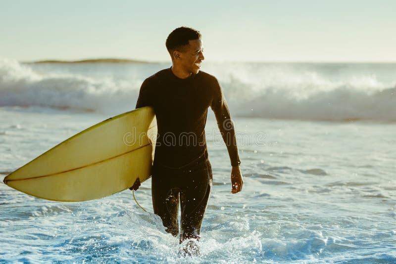 Surfer sortant de l'océan images libres de droits