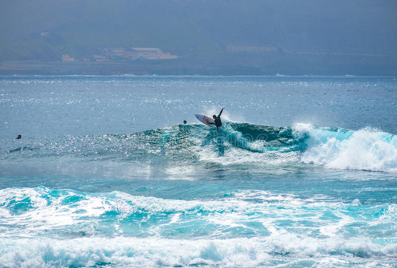 Surfer an Strand EL Confital entlang der Stadt von Las Palmas de Gran Canaria, Spanien stockbilder